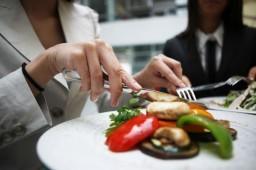 Поспешная еда грозит ожирением – исследование